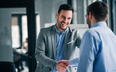 Portrait de chef d'entreprise serrant l amain à une personne de dos