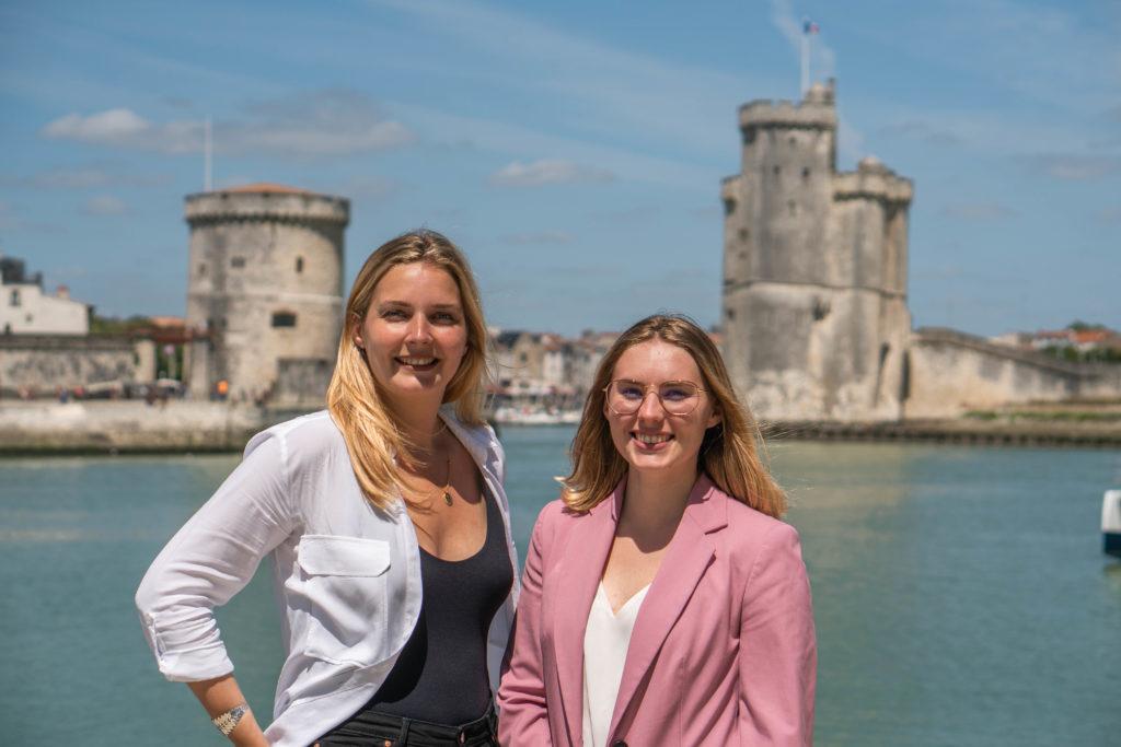 Stagiaire et tuteur d'entreprise face aux Tours de La Rochelle